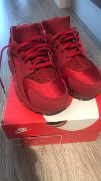 pair of red Nike Air Huarache with box Calgary, T3Z