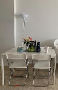 Extendable dining table seats 4/6 with 6 chairs.