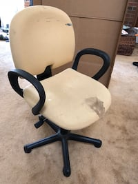 black and white rolling armchair Milpitas, 95035