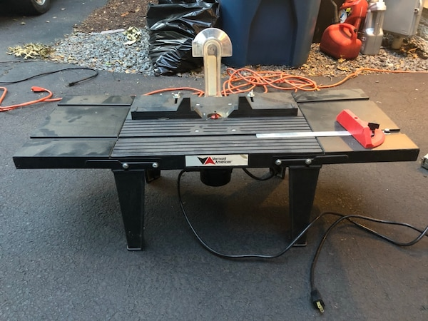 Vermont American router table with Black and Decker router and carbide tipped but set