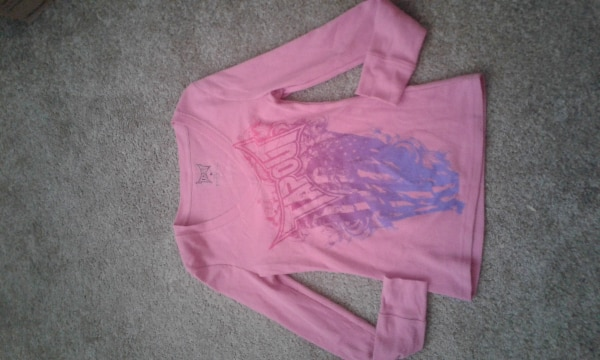 pink crew-neck long-sleeved shirt