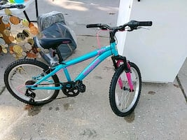 GIRLS TEAL MONGOOSE BIKE WITH NEW BIKE HELMET SET