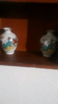 2 minature vases collectables 2393 mi