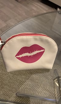 Small pouch with kiss