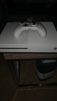 white Xbox One console with controller Cambridge, N1R 8C6