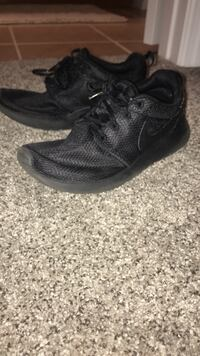 pair of black Nike low-top sneakers Melbourne, 32901