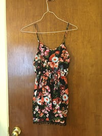 Black and pink floral romper. Size Small Montréal, H8N 1G7