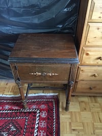 Antique sewing machine with table Montréal, H2V 4N7