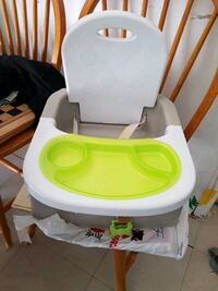 baby's white and green high chair Montréal, H4G 2Y5