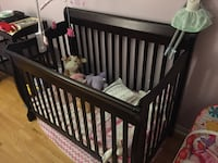 Convertible crib and change table Mississauga, L5M 6G1