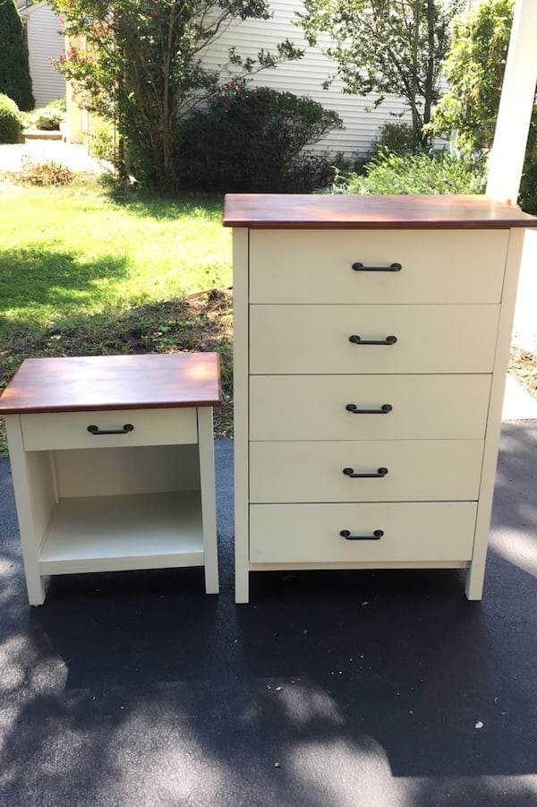 White night stand and dresser in excellent condition! 0e778e9c-9c77-4731-b1f2-5627362141be