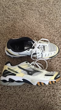 Mizuno Size 9.5 Volleyball Shoes