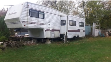 1995 trailer - 5th wheel trailer. Must sell by end of month