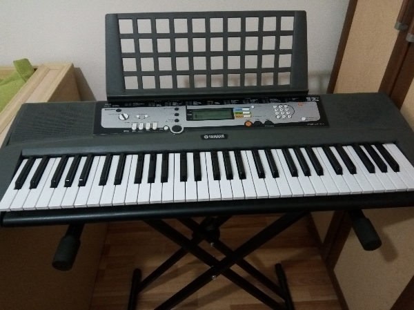 Yamaha EZ-200 61 Full-Sized Touch Sensitive Lighted Keyboard