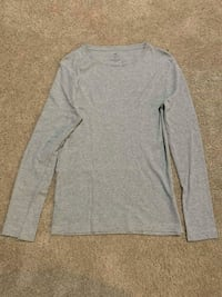 gray long-sleeved shirt