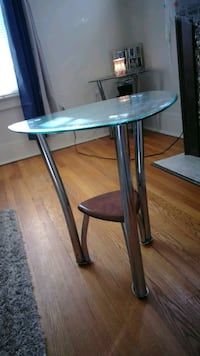 round clear glass-top table with black steel base Syracuse, 13206