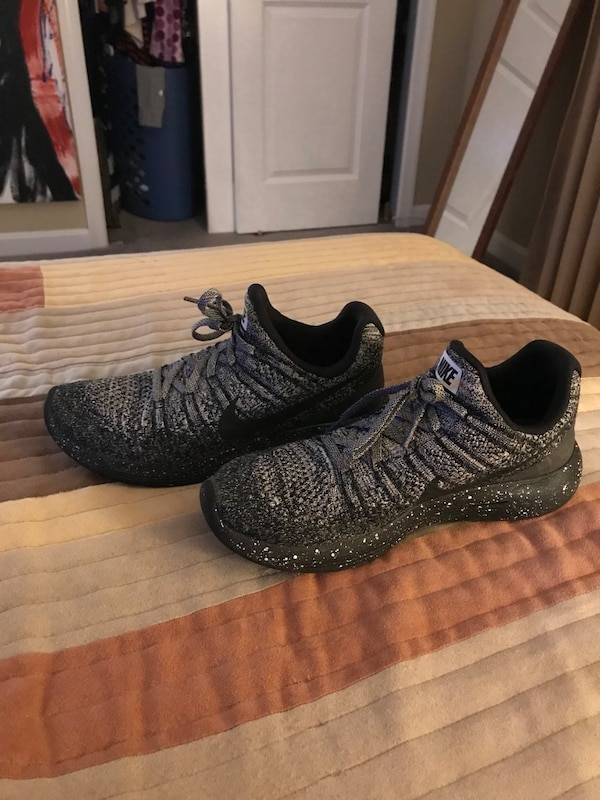 Pair of black nike fly knits size 8 mens
