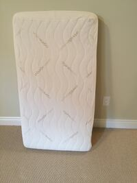 Crib bed with organic mattress cover