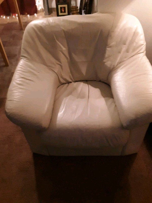 Cream leather chair 4f73e623-6768-4913-aa4c-f8e2fdbc63ce