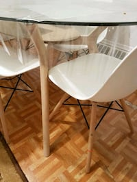 white wooden table with two chairs livraison dispo Montreal