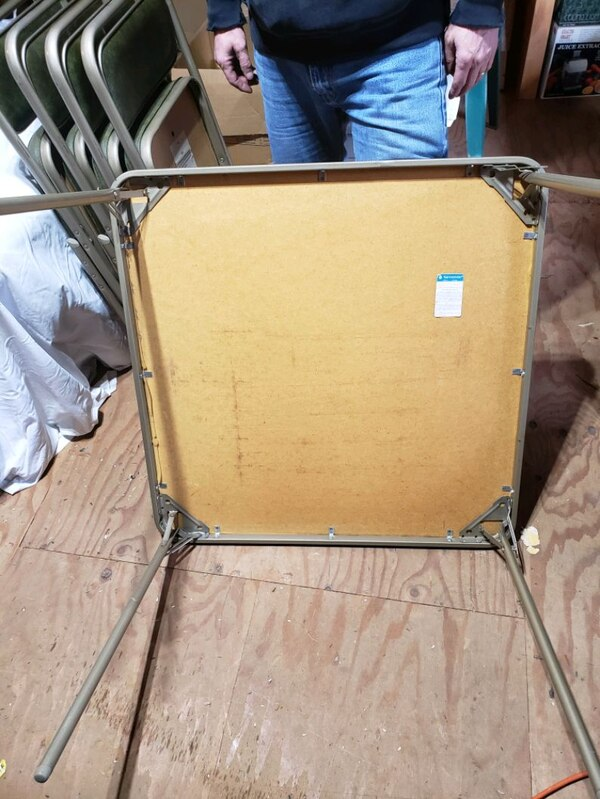 Card table and 4 chairs b999ed62-a825-40ad-8996-be15c0ffc193