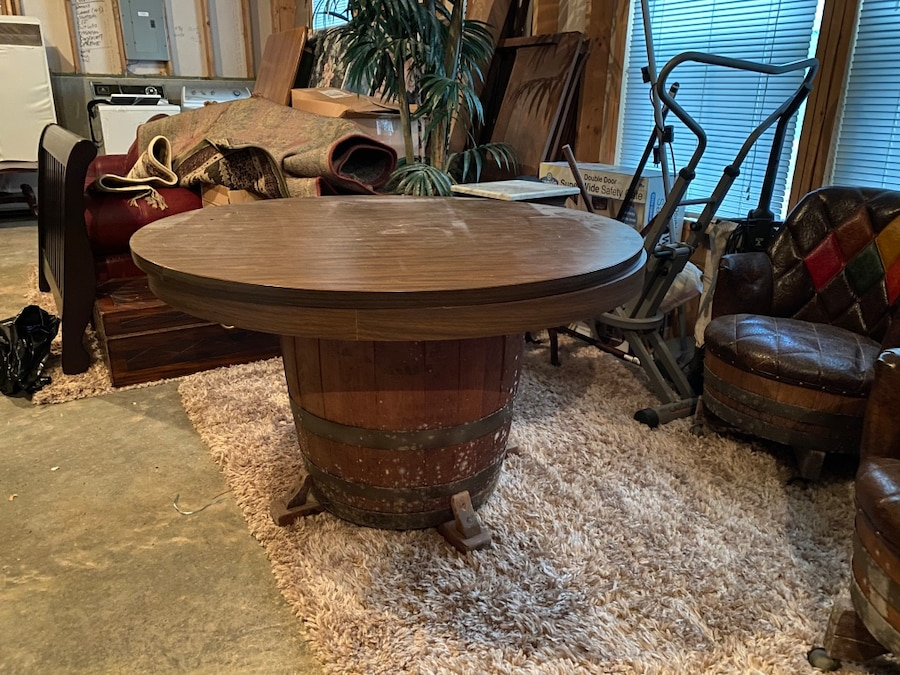 Photo Whiskey barrel bumper pool table/poker table w/8 whiskey barrel chairs