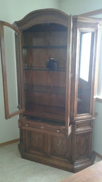 Skler Peppler China Cabinet in Excellent Condition 3138 km