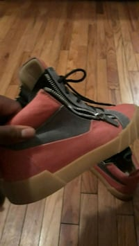 unpaired black and red low-top sneaker 373 mi