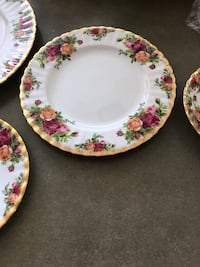 Old Country Roses place setting with 5 pieces.