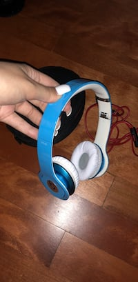 blue and white Beats by Dre wireless headphones Montréal, H4V 2P1
