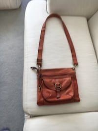 Fossil Crossbody Purse. Good Used Condition.Lots of Compartments. Zippers all working. No rips. Will need some leather cleaner to spruce it up. Cochrane, T4C 1K6