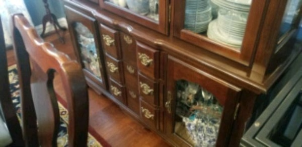 Dining Room Set.   6 chairs, hutch, table with leaf. ec951598-5fd1-4894-a05f-f72272108109