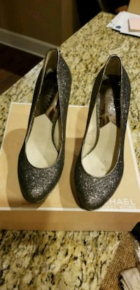 pair of women's gray pumps with box