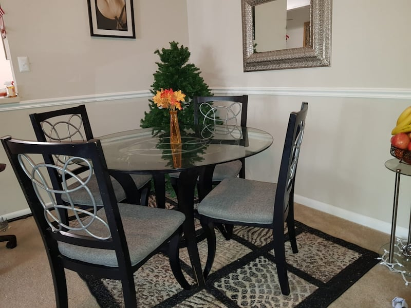 Dining table/4 chairs  91e36515-8948-411f-a46b-03d542a02c08