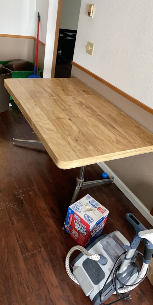 Expandable dining room table 89a67305-3df9-482f-bf5c-35697ec14179