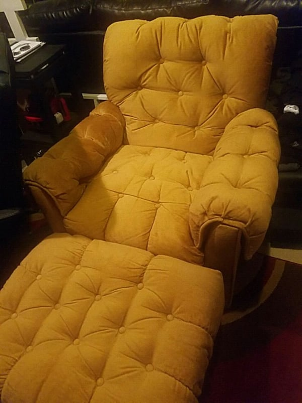 Recliner plus 3 set coutch , i new condition , no spots or damages.  0