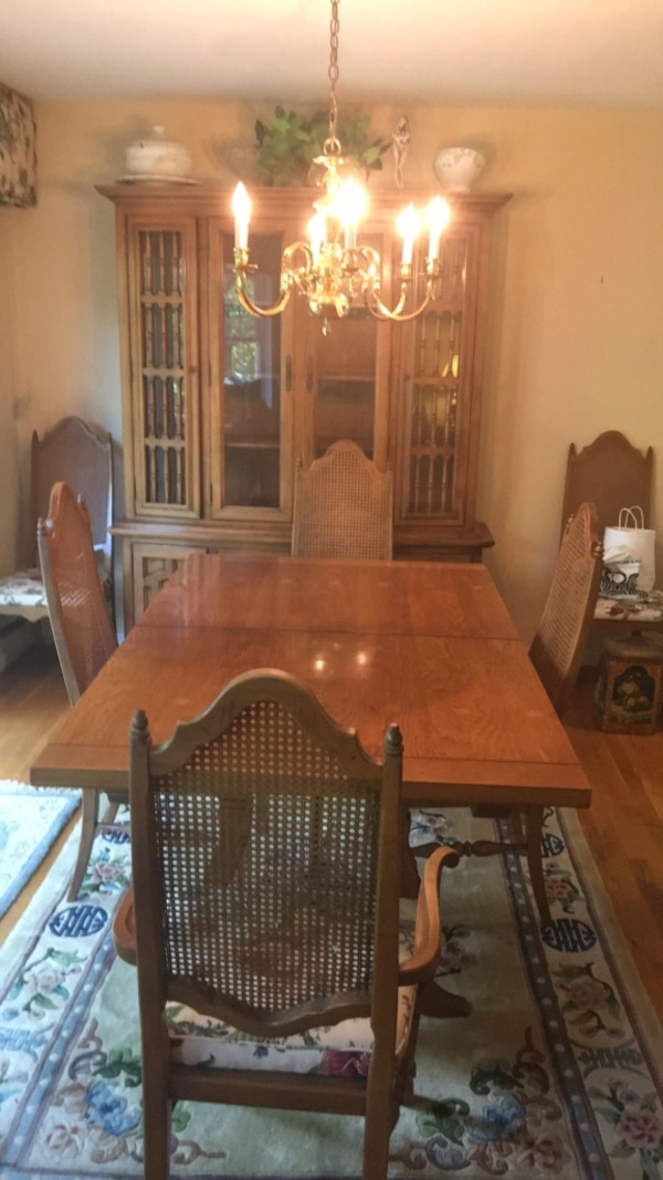 Beautiful Brown wooden dining table set with hutch and six chairs. Pristine condition.