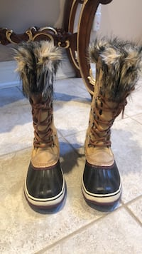 Size 7 ladies Sorel snow boots