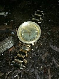round gold-colored analog watch with link bracelet Langley, V3A