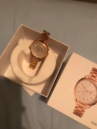 round gold-colored analog watch with link bracelet 3725 km