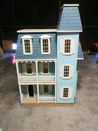 Doll house with lots of accessories