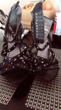 pair of black leather open-toe strappy heels Merced, 95340