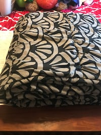 Black and white queen size blanket Port Coquitlam, V3B 1T7