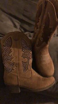 Pair of brown leather cowboy boots Baltimore, 21236