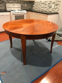 round brown wooden pedestal table Coquitlam, V3C 2L2