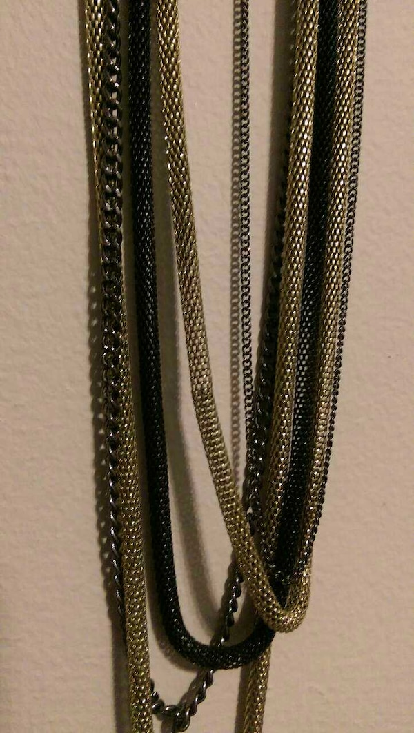 Black and gold necklace  bbe01219-c1ac-4a42-a63a-426ca42018aa