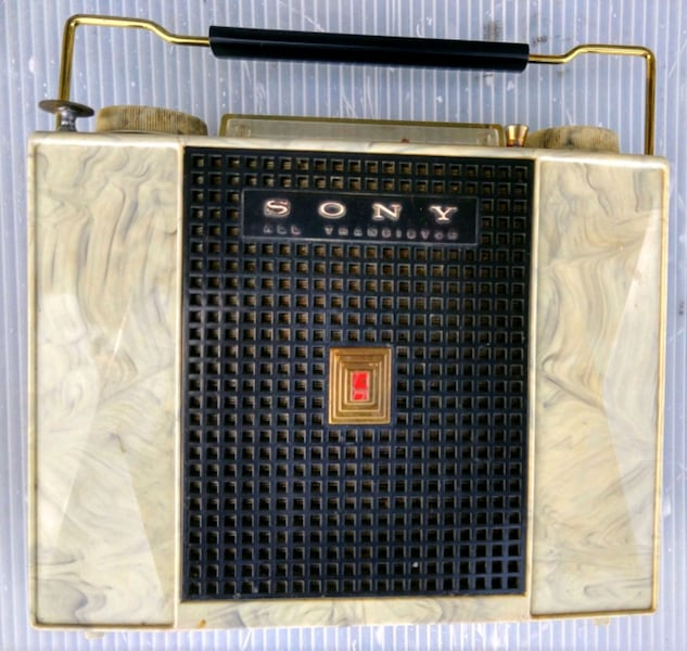 Sony tr-741 transistor radio in leather case b0787020-a544-4e9c-96f4-f670e6ff2f81