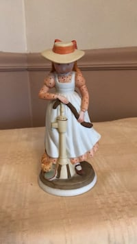 Vintage porcelain Holly Hobby figurines girl pumping water made in 1974. Excellent condition Green Ridge, 19014