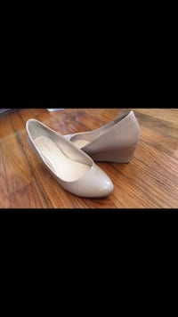 pair of white leather pointed-toe pumps Charleston, 29407
