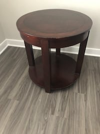 Wood end table  Ashburn, 20148